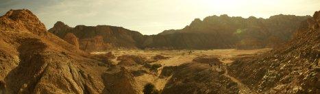 Hikers_in_SInai_Desert_valley